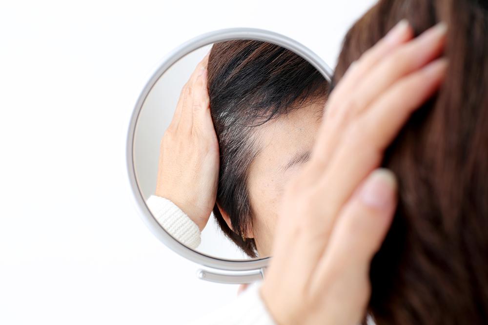 白髪を活かすスタイリングとは?白髪の発生原因なども詳しく解説