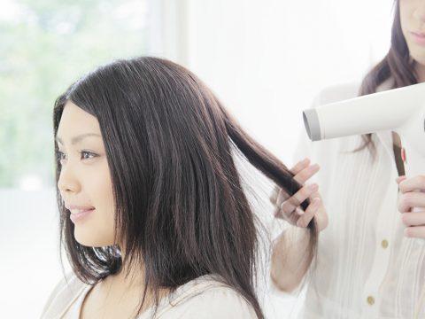 子育て世代のママにおすすめのヘアカラーは?メリットや注意点など解説